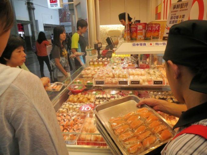 高尾駅、お寿司10ペソ