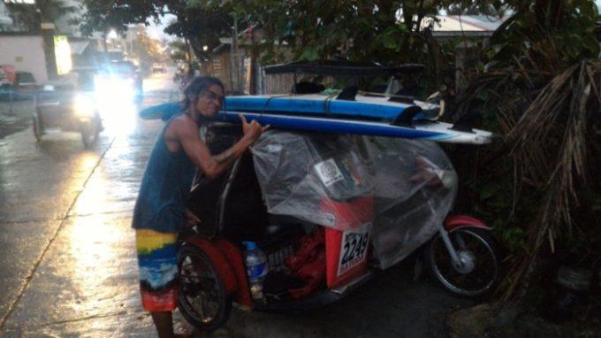 バレア:サーフ板運ぶ