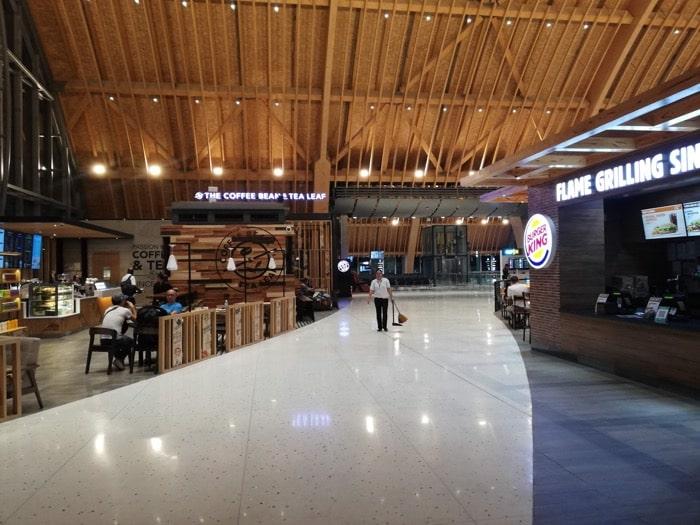 マクタン空港新ターミナル:搭乗ゲート付近めし