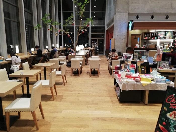 海老名ツタヤ図書館:入り口スタバ